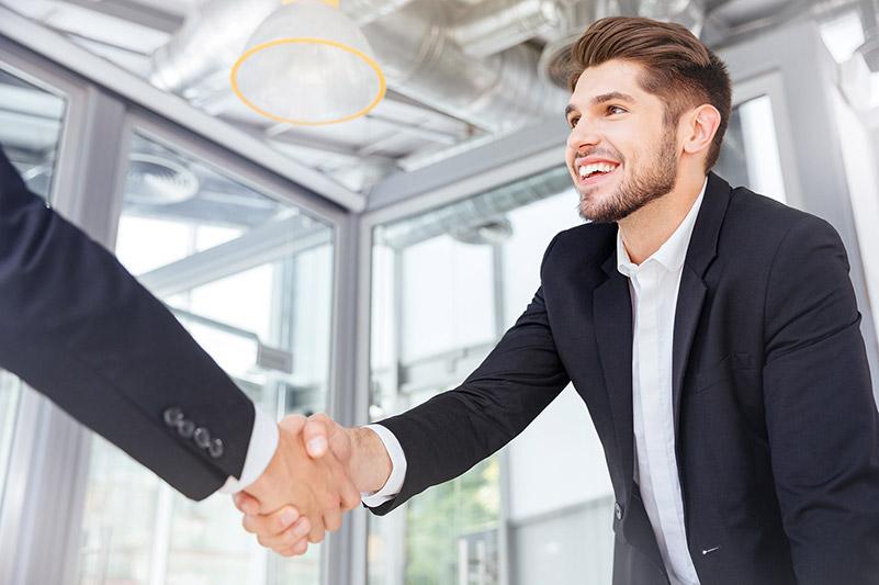 Im Recruiting ist das Vorstellungsgespräch ein wichtiger Bestandteil des Gesamtprozesses. Eine Begegnung auf Augenhöhe mit freundlichem, aber selbstbewusstem Handschlag sollte selbstverständlich sein.