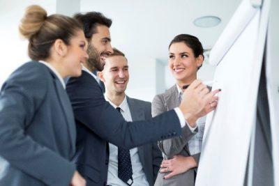 Gemeinsam ans Ziel mit einer gelungenen Mitarbeiterentwicklung, die eine gute Zusammenarbeit ermöglicht, sodass eine gemeinsame Arbeit im Team gelingt und Aufgaben qualifiziert auch vor der Flipchart gelöst werden können.