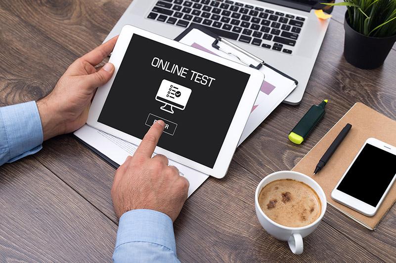 Unsere Online-Tests sind flexibel und bequem mit einer Tasse Kaffee und benötigten Schreibutensilien am PC oder Tablet ausführbar.