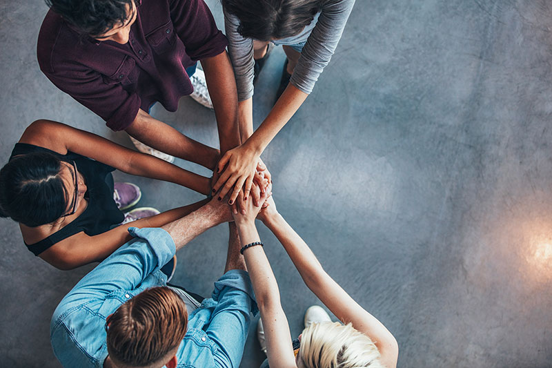 Wir als Unternehmensberatung Teamentwicklung haben das Ziel, dass Ihre Mitarbeiter aller Kulturen die Hände aufeinanderlegen und als Team zusammenhalten.