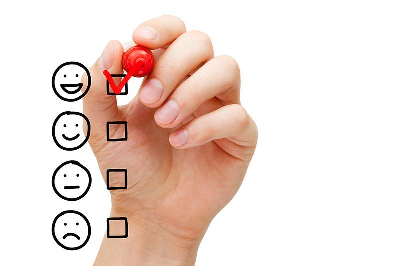 """Unsere Assessment-Center erlauben eine Einschätzung und Bewertung der Potenziale des Kandidaten und eine Prognose über zukünftige Leistungen. Die Bewertung erfolgt von """"sehr geeignet"""" (sehr fröhlicher Smiley) in Abstufungen bis hin zu """"derzeit nicht geeignet"""" (trauriger Smiley)."""